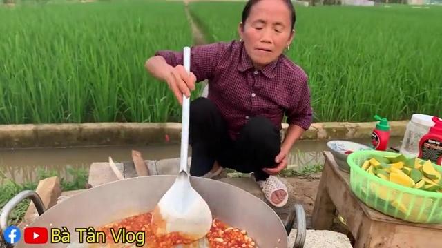 MV Làm Đĩa Chân Gà Trộn Xoài Non Siêu Cay Khổng Lồ - Bà Tân Vlog | Video - Ca Nhac Online