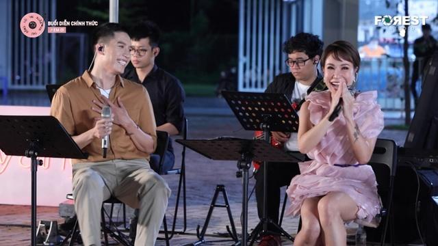 Xem MV Giữa Đại Lộ Đông Tây (Live At XHTDRLX) - Uyên Linh | MV - Ca Nhạc Mp4