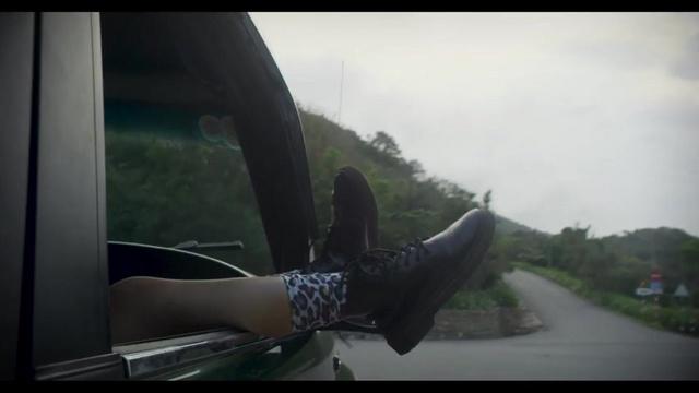 MV Giữa Đại Lộ Đông Tây - Uyên Linh