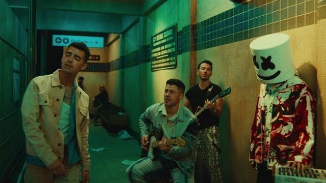 Xem MV Leave Before You Love Me - Marshmello, Jonas Brothers
